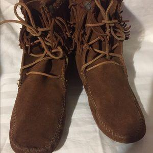Minnetonka moccasins ankle boots SZ 10 fringe